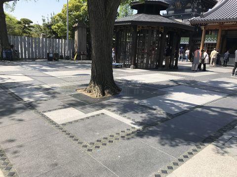 一心寺 納骨堂前の石畳の模様